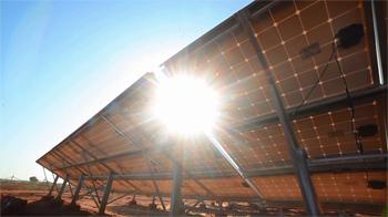 Aurinkopaneelit kattavat koulujen energian tarpeen tehokkaasti ja päästöttömasti