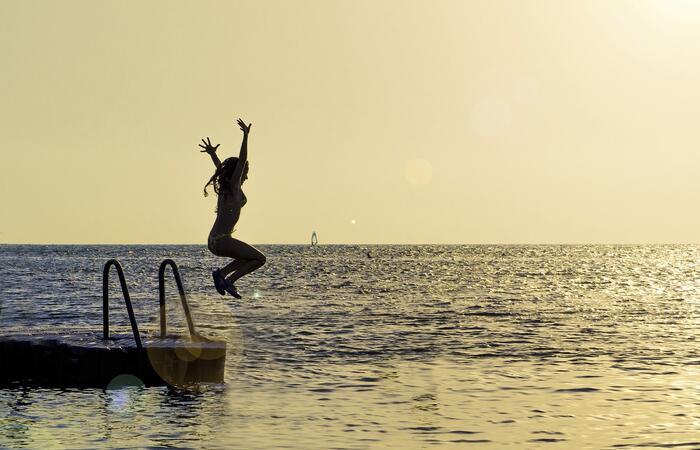 Hiiletön_kesä_tyttö_hyppää_uimaan