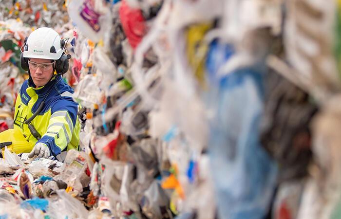 Työntekijöitä muovijalostamolla