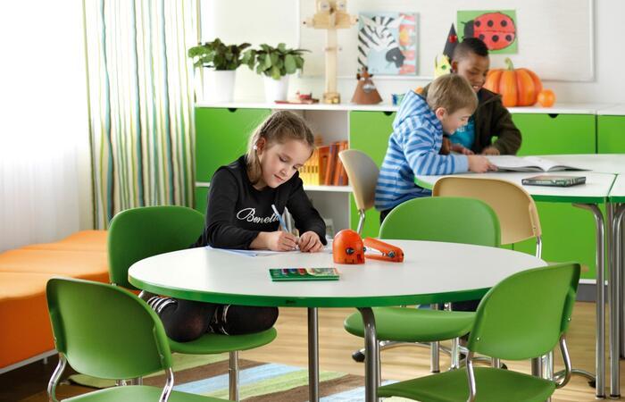 Lapsi istuu Fortum Circo®-kierrätysmuovista valmistetulla koulutuolilla